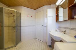 Todella tilava kylpyhuone.