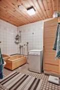 Alakerran kylpyhuone on toimiva ja se sijaitsee aulan yhteydessä