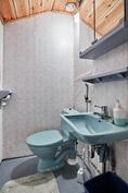 Yläkerran wc tuo helppoutta asumiseen