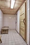 Suihkuhuoneeseen päästään kellarikerroksen tuvasta