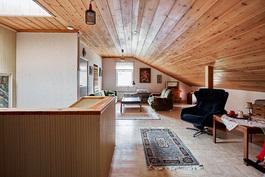 Tilava yläaula kattoikkunoineen rentoon ajanviettoon