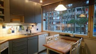 Keittiö on toimiva ja sijoittuu asunnon toiselle puolelle