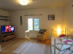Talon sähköistys myös uusittu v. -10 ja kuvassa valoisa olohuone, jossa ...