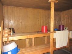 Kuvassa pihasaunan sauna, jossa puulämm. kiuas!