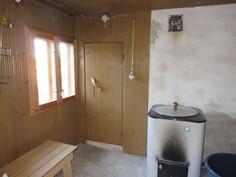 ... erillinen pesuhuone, jossa puulämm. vesipata, johon kesävesi letkulla talon vesipostista!
