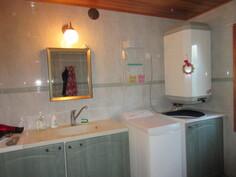 2000-luvun alun laatoitetussa kylpyhuoneessa myös vedeneristys ...