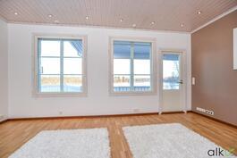 Suurista ikkunoista tulvii ihanaa luonnonvaloa. Olohuoneesta käynti takaterassille.