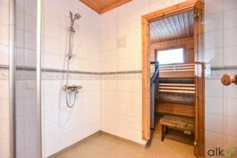 Kylpyhuoneen rauhallinen tunnelma.