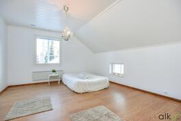 Yläkerran toisen makuuhuoneen voit sisustaa mieleisesi mukaisesti.