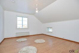 Yläkerran ensimmäinen makuuhuone on tilava ja valoisa.