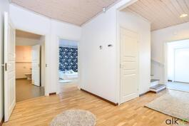 Iso aula jakaa kodin tilat.