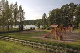 Leikkipuisto ja uimaranta noin 400 m