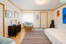 Yläkerran lännen puoleinen makuuhuone josta käynti parvekkeelle