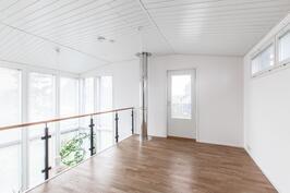 Yläkerran aulasta vaikkapa perheen arkiolohuone