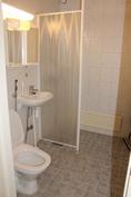 Siistikuntoinen kylpyhuone.