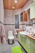 Toinen erillinen wc on pesuhuoneen vieressä