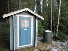 Pihapiirissä on lisäksi asiallinen puucee Biolanin kuivakäymälöin!