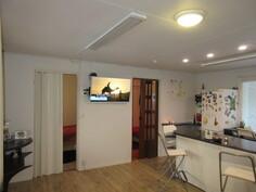 Yleiskuvaa olohuoneesta keittiöön päin ja taloon sekä piharakennukseen on asennettu juuri infrapunalämmittimet!