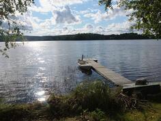 Omalta takapihalta uimaan ja kalalle. Koti ja kesäpaikka samassa kokonaisuudessa.
