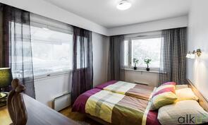 Päämakuuhuoneessa on isot ikkunat kahteen ilmansuuntaan