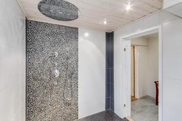 Pesuhuoneessa upea suihku