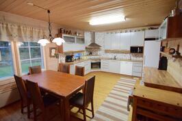 Iso keittiö/ruokailutila