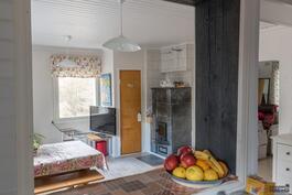 Olohuone keittiöstä kuvattuna
