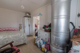 Makuuhuone (pystymuuri sähkövastuksella)