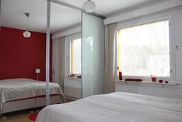 Makuuhuone 1 - iso liukuovikaapisto