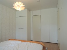 makuuhuone, jossa tilava vaatehuone
