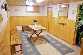 yhtiön saunaosaston pukuhuone