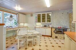 Tilava ja kaunis keittiö