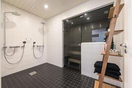 Kylpyhuoneessa 2 suihkua