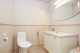 2 erillistä wc:tä sekä yk:ssa wc varaus