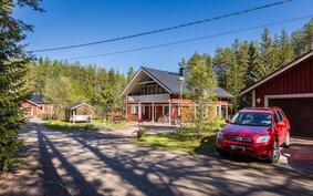 Tervetuloa paikanpäälle tutustumaan ja ihastumaan tähän huoliteltuun, laadukkaasti rakennettuun kotiin!