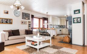 Olohuone, ruokailutila ja keittiö muodostavat upeat valoisat ja avarat oleskelutilat