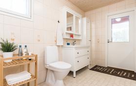 .. kodin kolmas wc-tila, käsienpesuallaskaapistot sekä suora käynti katetulle terassille..