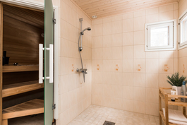 Kodin vaalean sävyinen kylpyhuone on remontoitu täysin vuonna 2014..