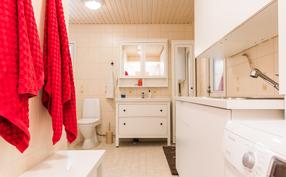 Kylpyhuoneen yhteydessä on toimiva, vesipisteellinen kodinhoitotila..