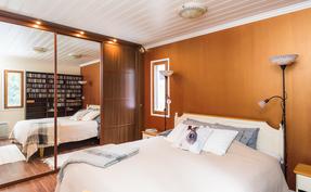 Kodissa on kaikkiaan viisi tilavaa makuuhuonetta, joista alakerran puolella sijaitsee kaksi..