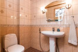 Kodissa on lisäksi kaksi muuta 2002 remontoitua wc-tilaa, toinen alakerran ja..