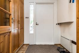 Tilava sisääntuloeteinen, jossa helppo ja käytännöllinen laattalattia ja hyvin säilytystilaa kaapistoissa..