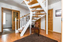 Sisääntuloaulasta nousevat kauniit portaat yläkerran puolelle..