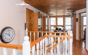 .. jossa sijaitsevat tilava ja valoisa aulatila, sekä kaksi makuuhuonetta..