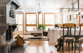 Keittiö avautuu mukavasti ruokailutilan kautta olohuoneen puolelle