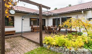 L-mallisen talon sisäpiha on suojainen, etelä-lännensuuntainen..