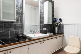Kodissa on lisäksi erillinen toinen wc-tila sisäänkäyntiaulan yhteydessä..