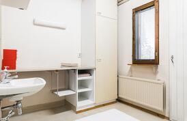 Lisäksi kodissa on erillinen tilava kodinhoitotila, vesipisteellä ja uloskäynnillä..