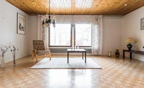 .. vaaleat pinnat ja suuret lännensuuntaiset ikkunat tekevät myös olohuoneesta valoisan paikan..