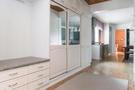 Eteisaulasta avautuu käynti sekä kodin erilliseen olohuoneeseen, että valoisaan keittiöön..